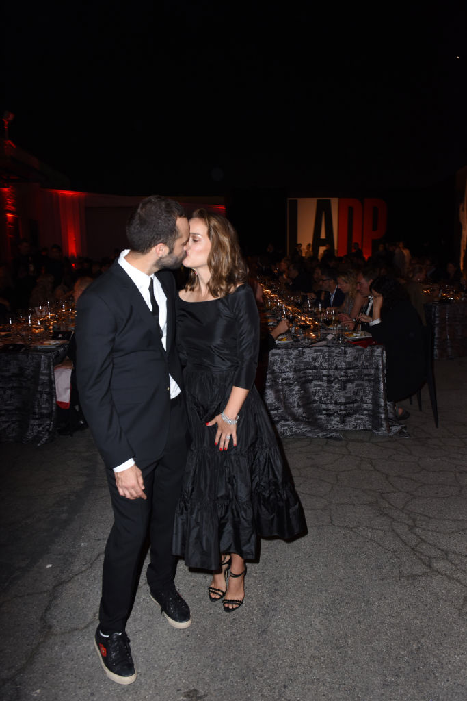 В пух и прах: Натали Портман раскритиковали за черные платье
