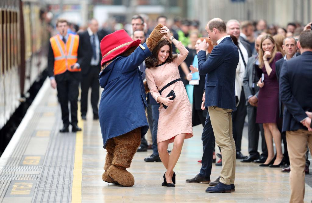 Беременная Кейт Миддлтон станцевала на лондонском вокзале: видео