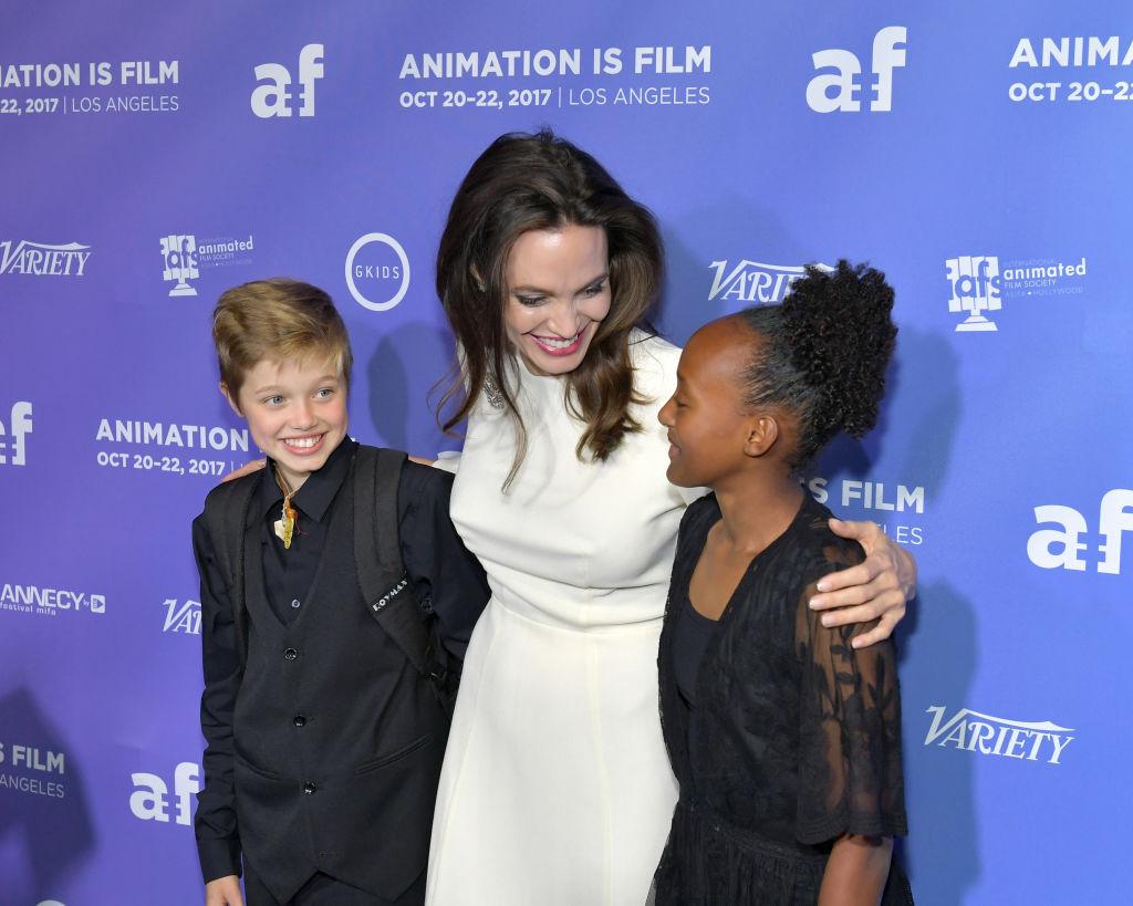 В белом платье и в обнимку с дочерьми: Анджелина Джоли блистает на кинопремьере