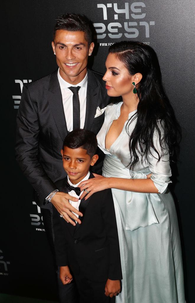 Криштиану Роналду вышел в свет с сыном и беременной супругой