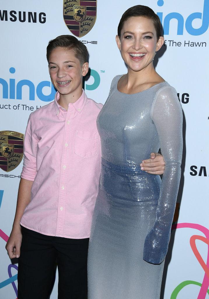 Как они похожи: Кейт Хадсон появилась на красной дорожке с сыном