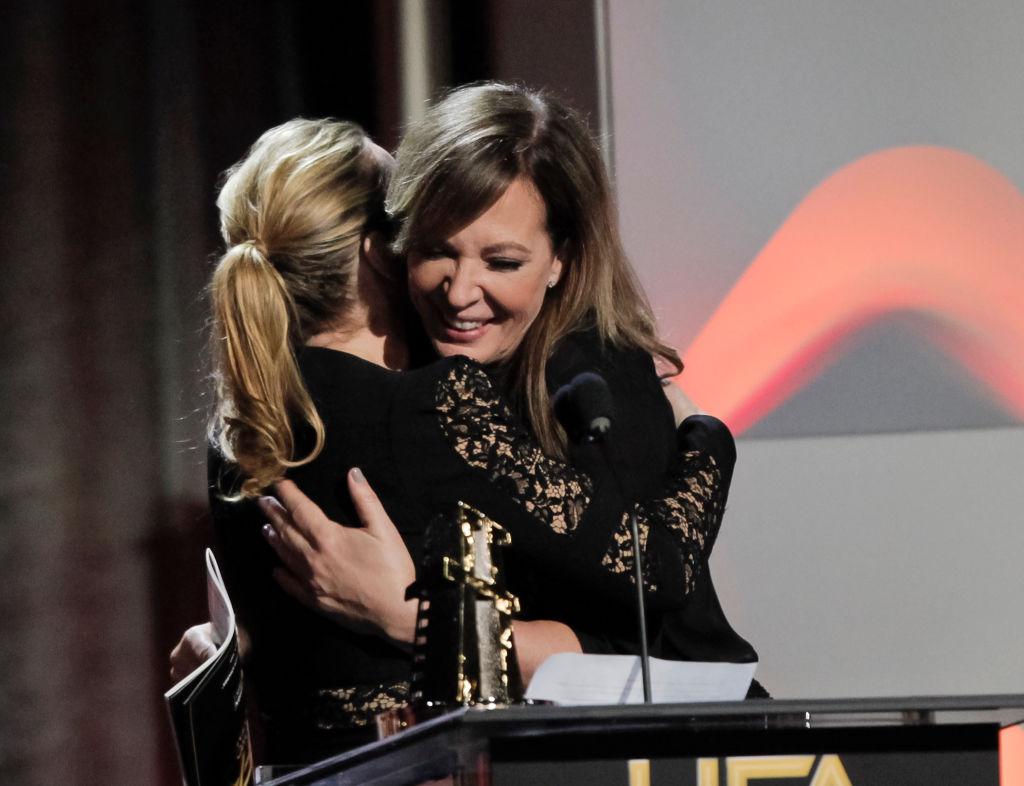 Кейт Уинслет страсно поцеловала на сцене актрису Эллисон Дженни