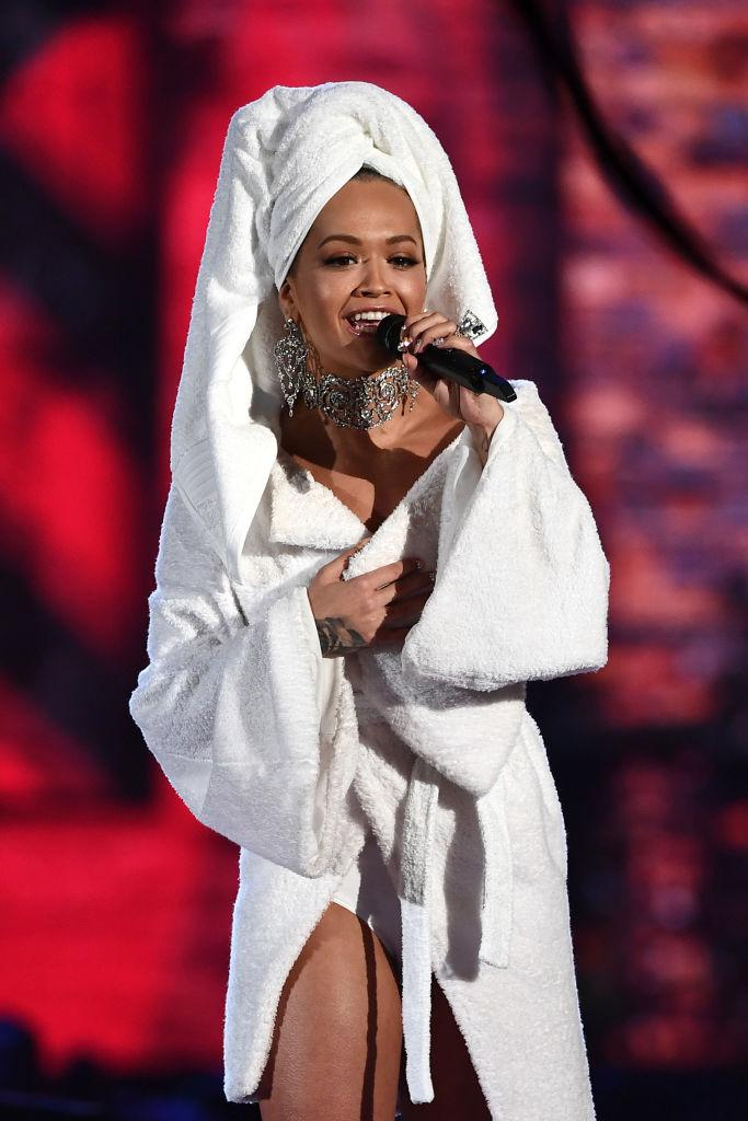 Из душа на красную дорожку: Рита Ора вышла в свет в ванном халате и с полотенцем на голове