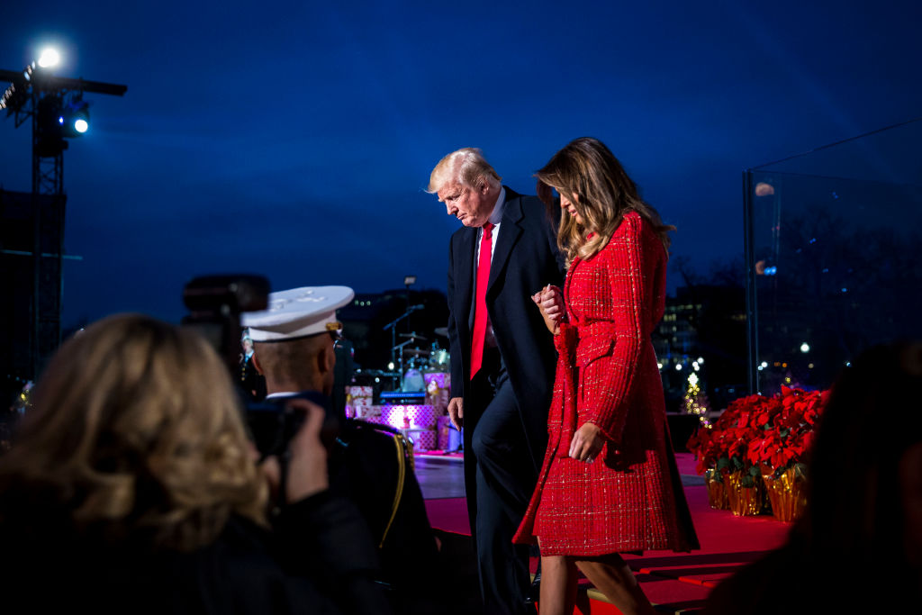 Мелания Трамп в красном наряде зажгла праздничную елку