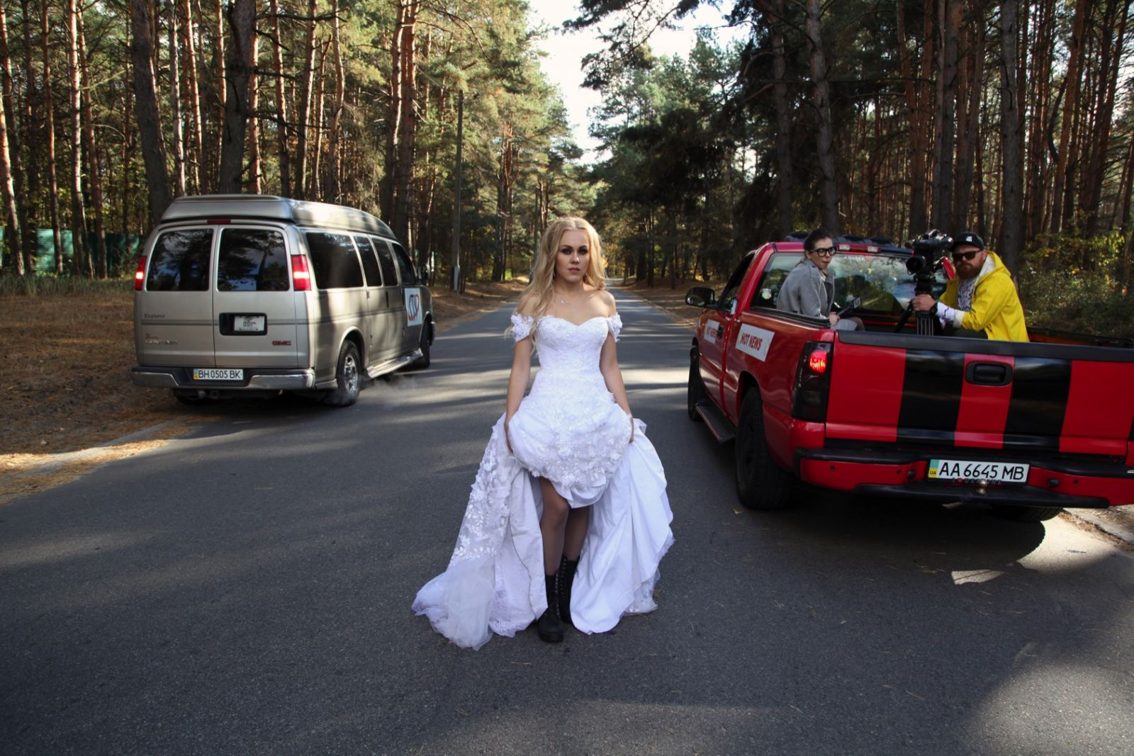 Alyosha в свадебном платье пробежалась по улицам Киева