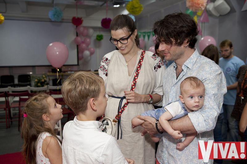 Участник Океана Ельзи Милош Елич вышел в свет с женой и детьми