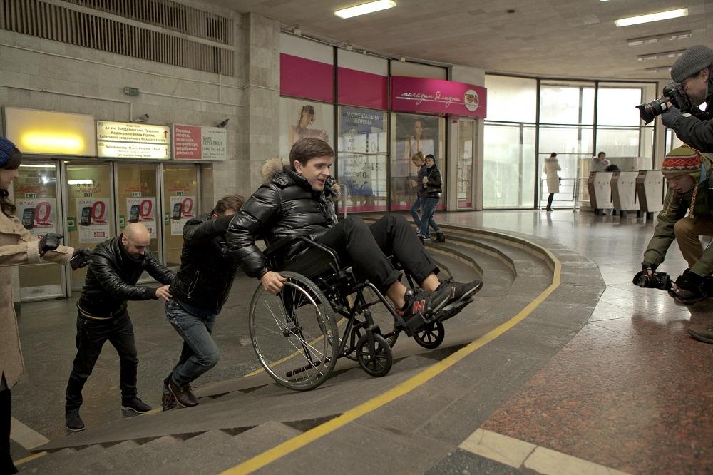 Украинские звезды катались по Киеву в инвалидных колясках