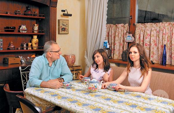 Константин Меладзе снялся в семейной фотосессии вместе с дочерьми