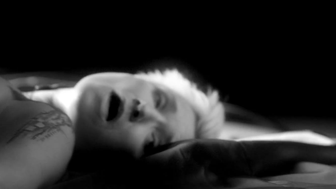 Диана Арбенина снялась в постельных сценах для нового клипа
