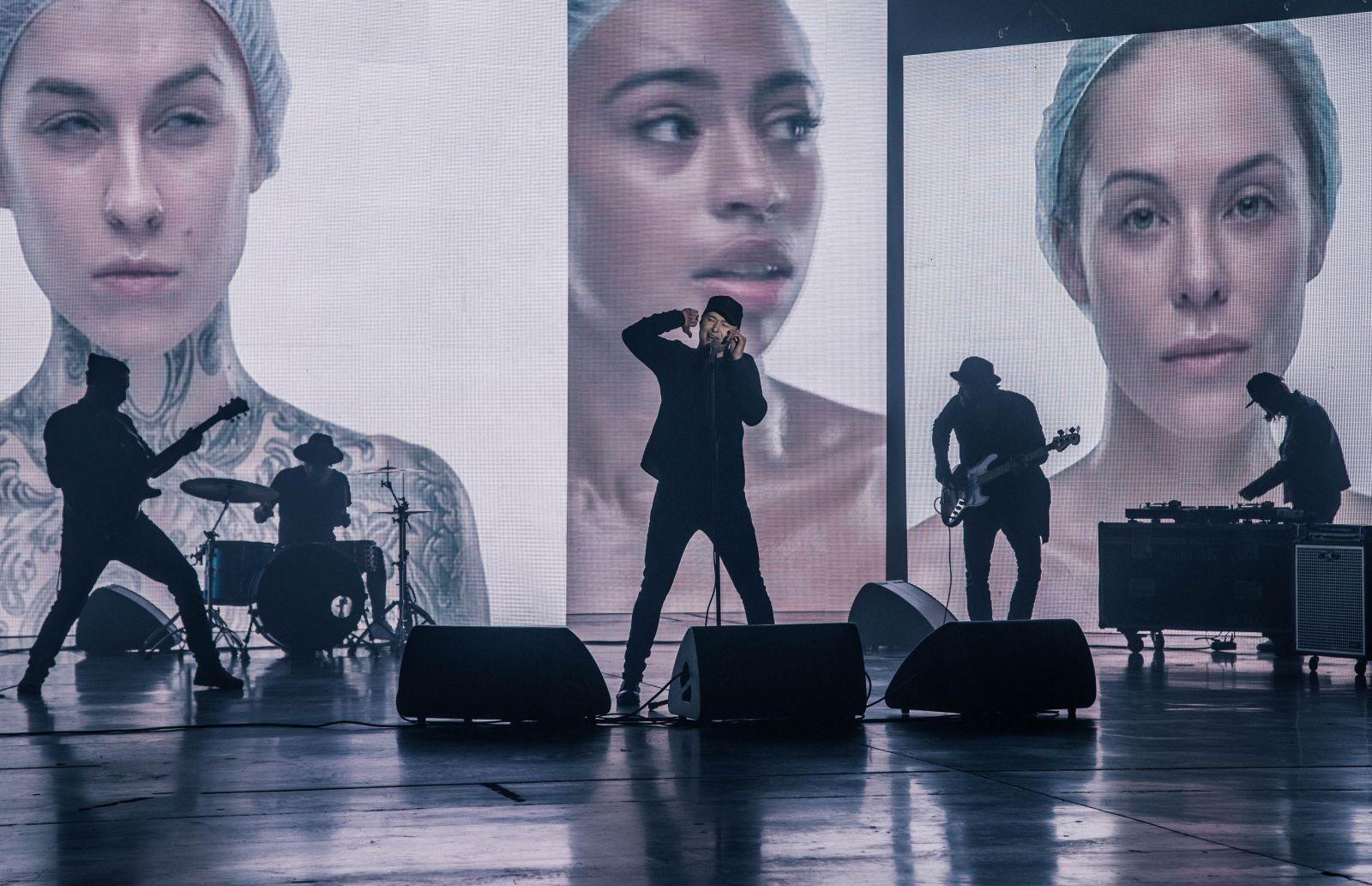 """Группа """"Бумбокс"""" сняла клип о силиконово-ботоксной красоте"""
