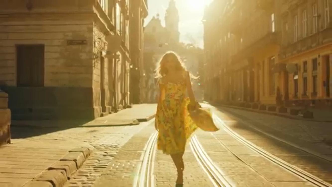 Вера Брежнева прогулялась по улицам Львова в солнечном наряде с глубоким декольте