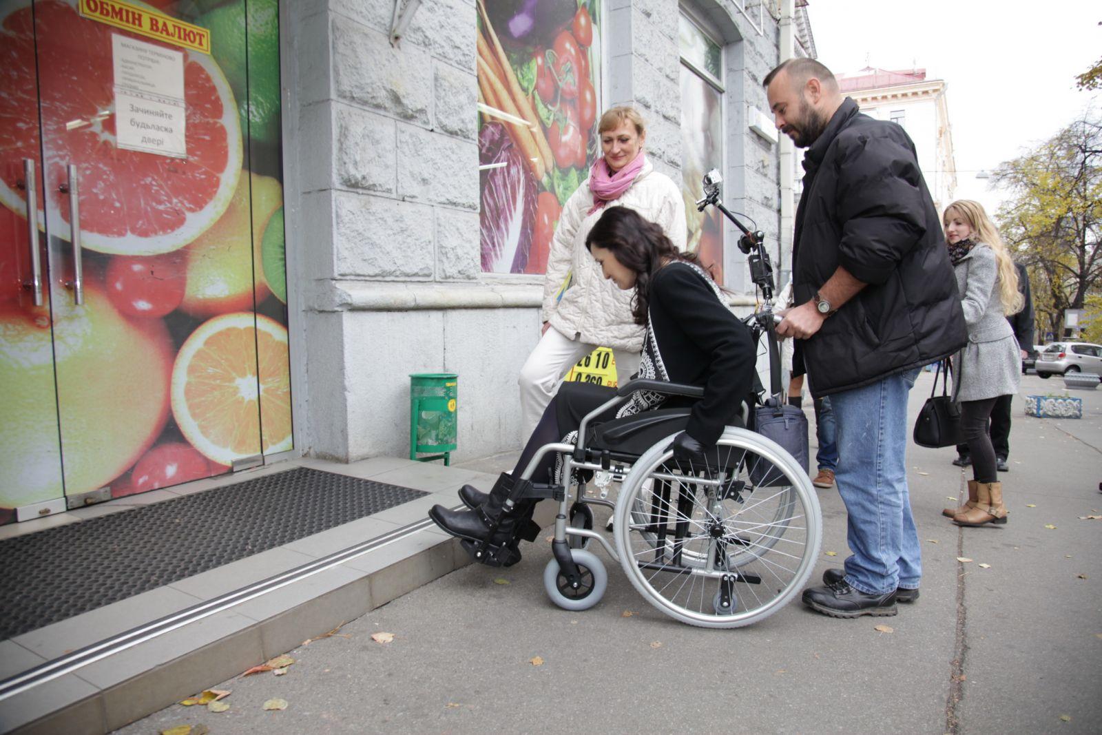 2019 год - Соломия Витвицкая и Ирэна Карпа сели в инвалидные коляски и проехались по Киеву