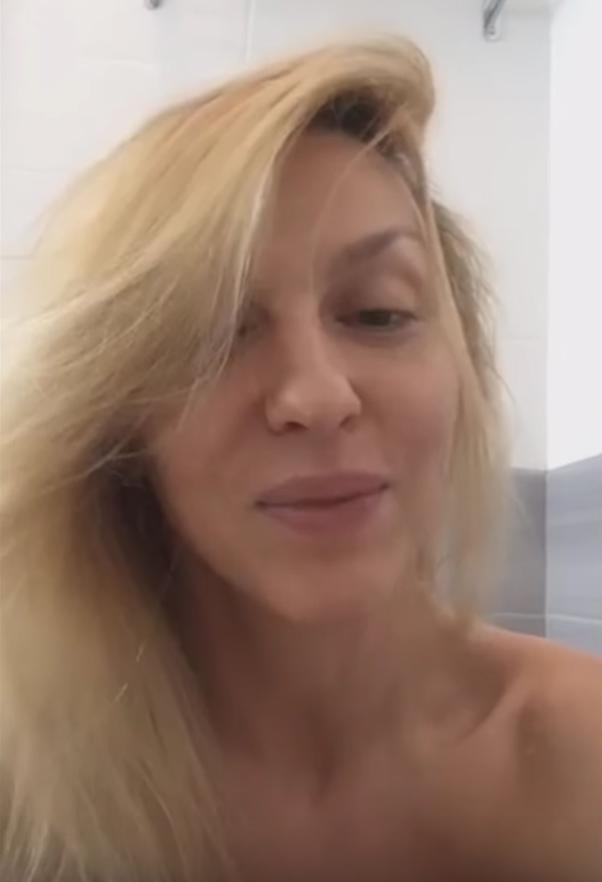Ненакрашенная Оля Полякова обнажилась и показала, как принимает ванну