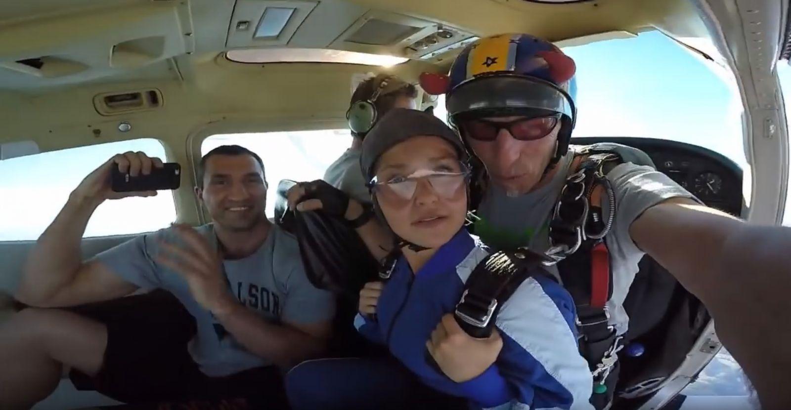 Невеста Владимира Кличко впервые прыгнула с парашютом