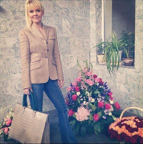 певица Валерия с подаренной сумкой на 45-летие