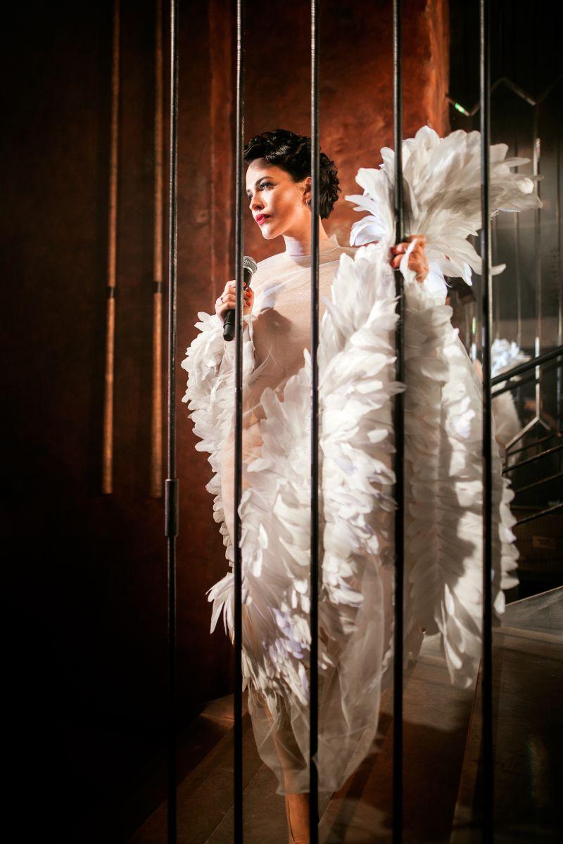 Даша Астафьева появилась на вечеринке в белом платье с перьями