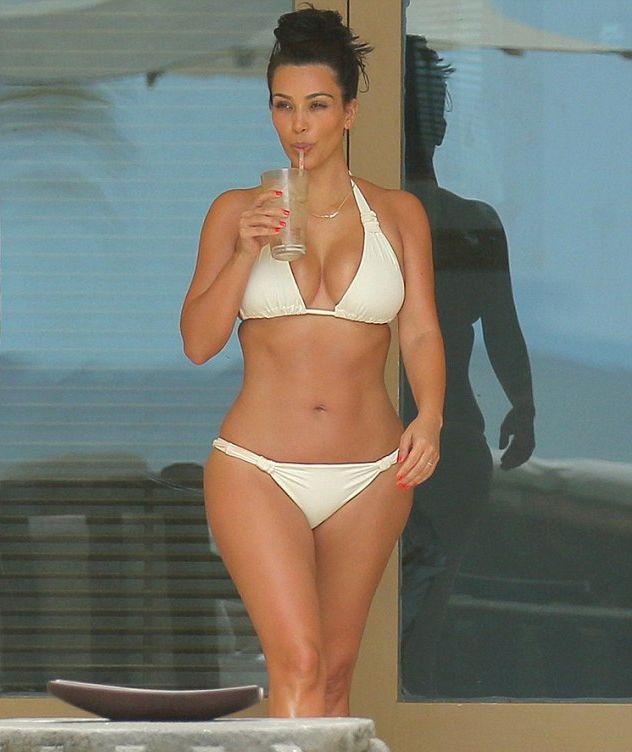 Ким Кардашьян показала аппетитные формы в бикини