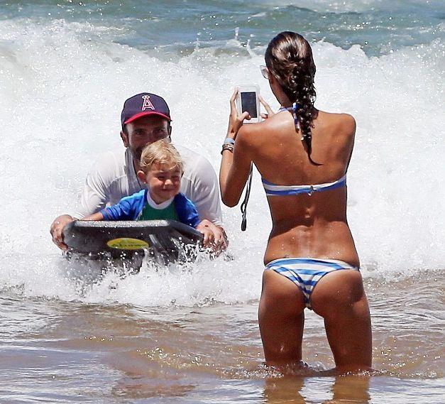 Алессандра Амбросио позирует на пляже в бикини
