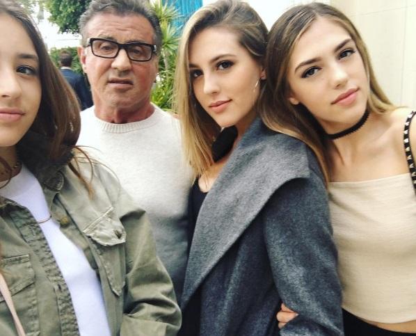 """""""Три розы и один сорняк"""": Сильвестр Сталлоне опубликовал фото с красавицами-дочерьми"""