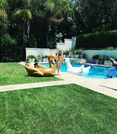 Звездный уикенд: София Вергара показала, как отдыхает у бассейна