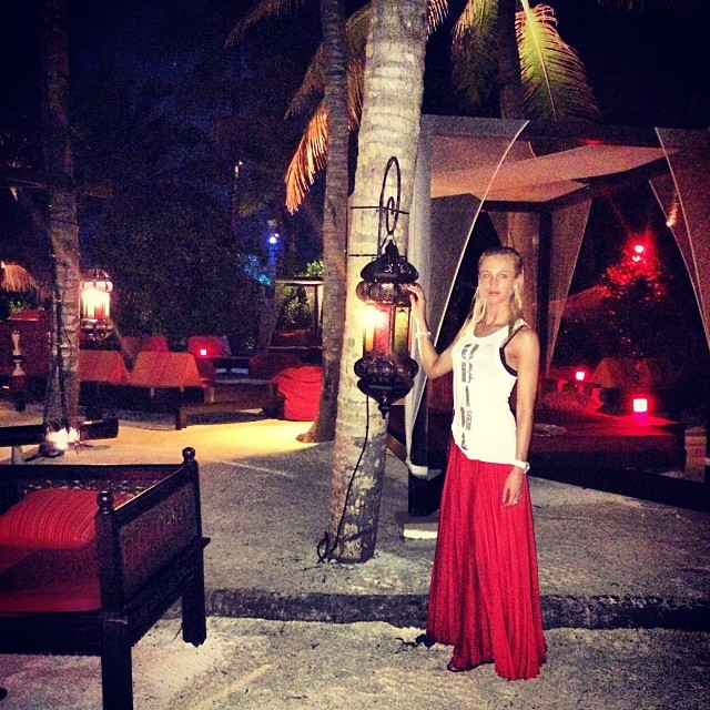 Молодые и такие влюбленные Ольга Бузова и Дмитрий Тарасов опубликовали красочный фототчет со своего новогоднего отпуска на любимейшем курорте звезд – Мальдивских островах.