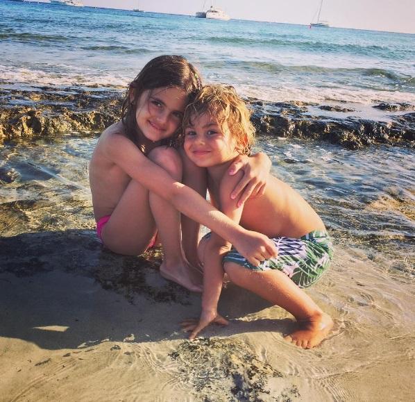Алессандра Амбросио с супругом и детьми отдыхает на Ибице