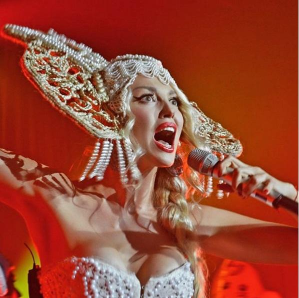 """Оля Полякова раскрыла секрет своей роскошной груди: """"Там есть немножко силикона"""""""