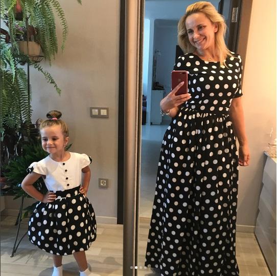 Домашний показ мод: Лилия Ребрик с маленькой дочерью примеряет стильные платья