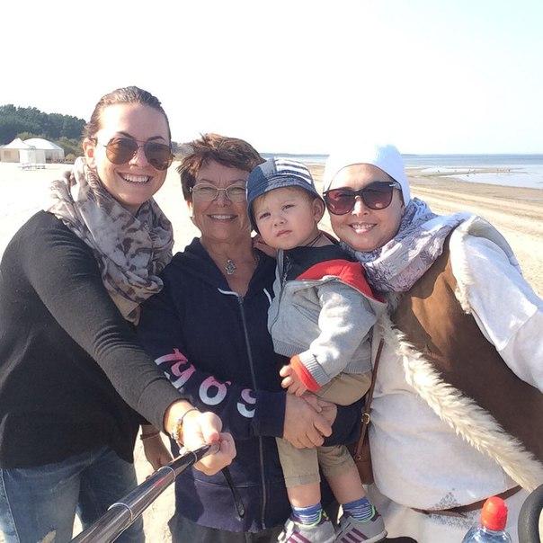 Жанна Фриске с сестрой Натальей, мамой Ольгой и сыном Платоном