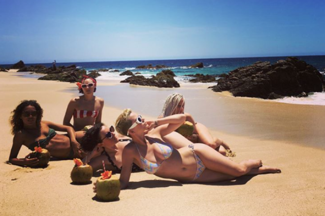 Время бикини: Кэти Перри поделилась яркими фото с пляжа