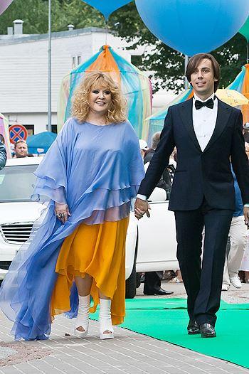 Алла Пугачева в желто-синем платье