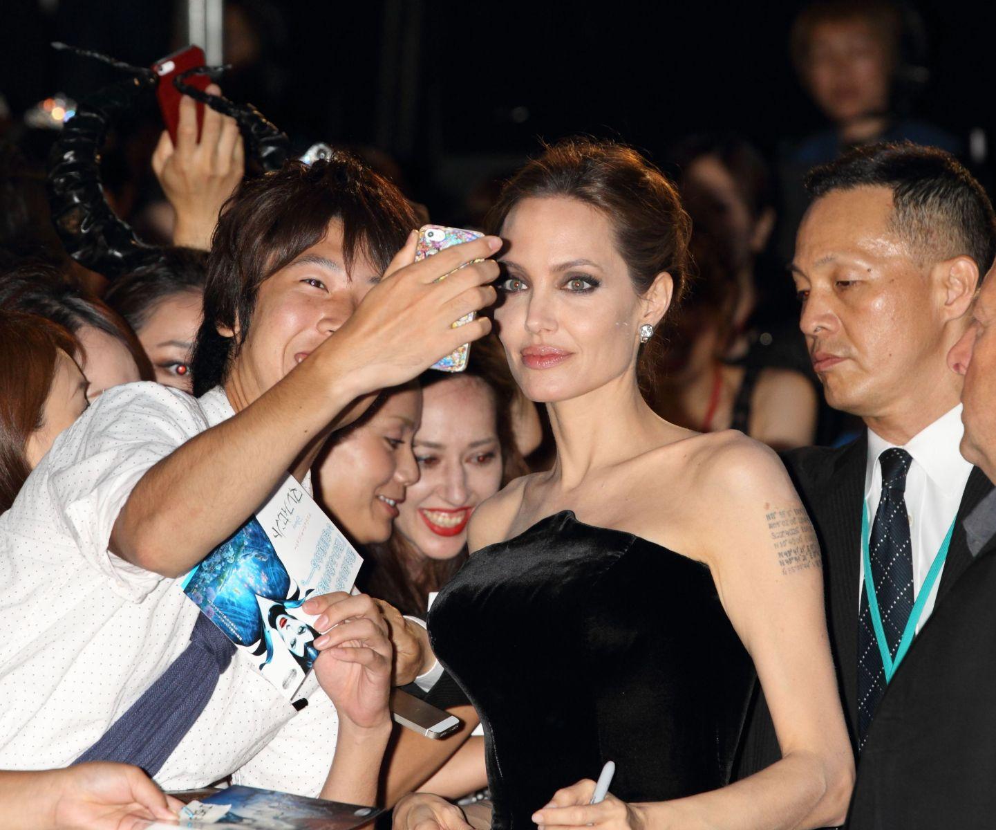 Анджелина Джоли хвастается стройной фигурой
