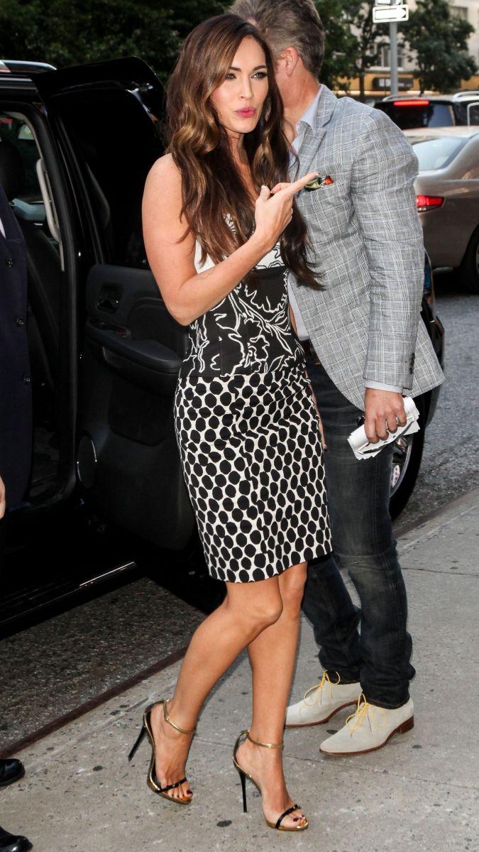 Меган Фокс демонстрирует фигуру в стильном платье