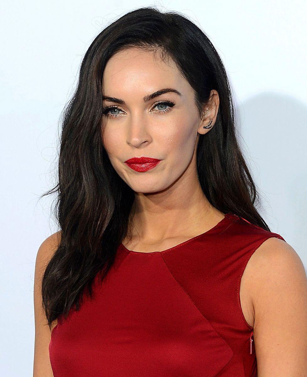 Меган Фокс блистает в роскошном красном платье от Versace