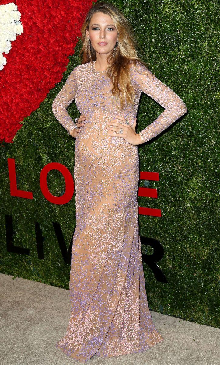 Блейк Лайвли демонстрирует беременный животик в роскошном платье