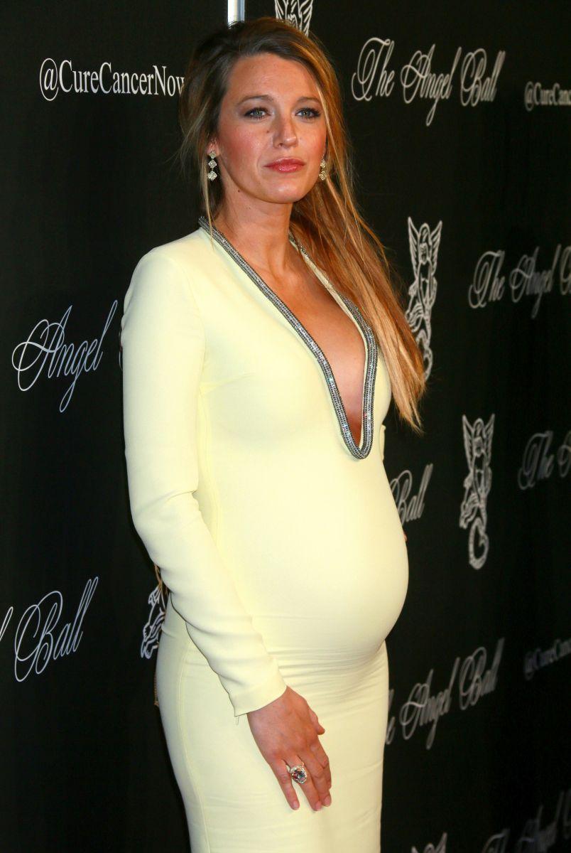 Блейк Лайвли вышла в свет в платье с откровенным декольте