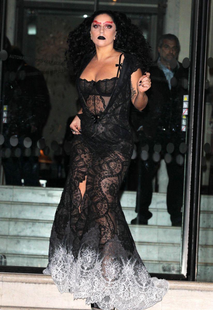 Леди ГаГа появилась на публике в откровенном прозрачном платье