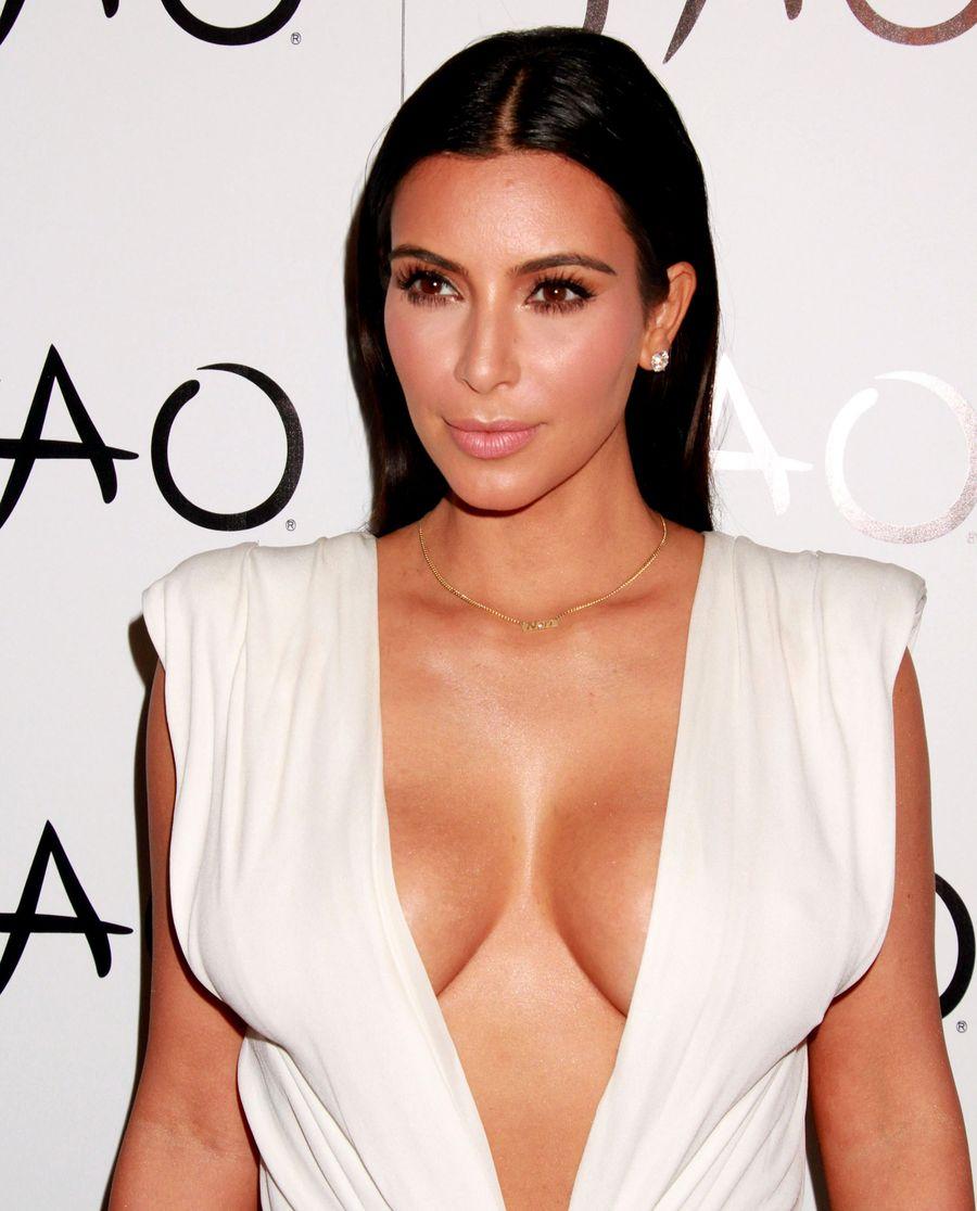 Ким Кардашьян продемонстрировала пышный бюст в откровенном платье