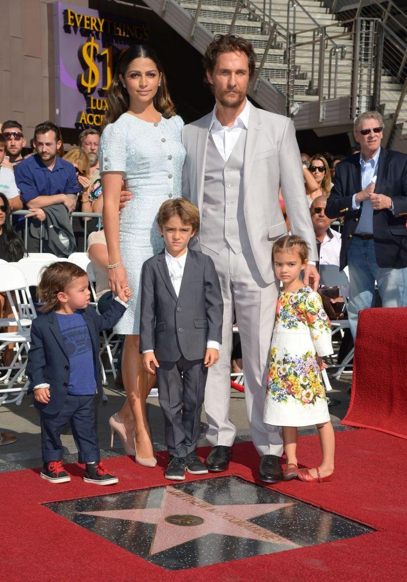 Мэттью Макконахи вышел в свет со своей женой и детьми