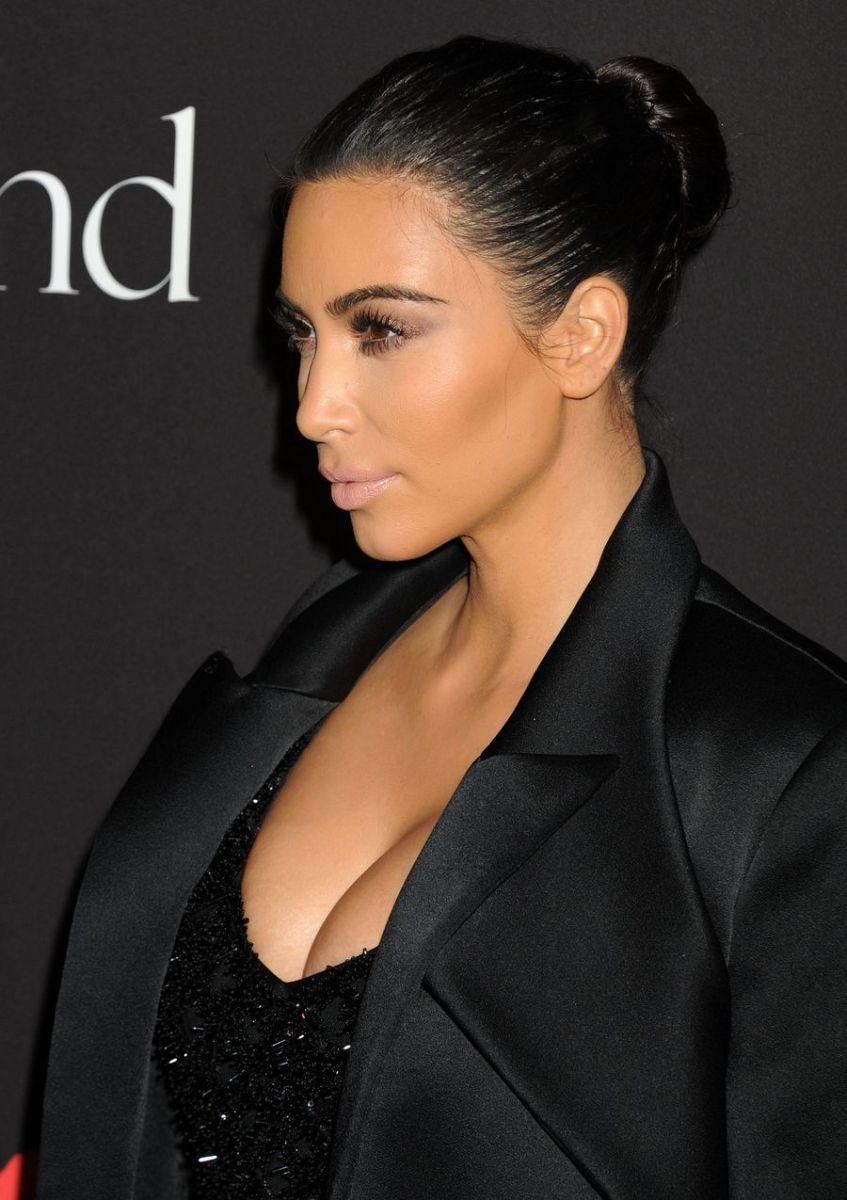Ким Кардашьян блистает на балу в платье с откровенным декольте