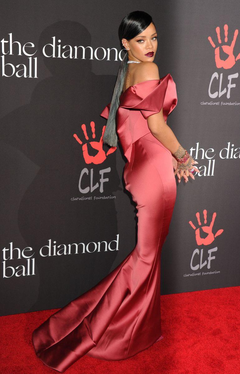 Сальма Хайек подчеркнула осиную талию роскошным платьем