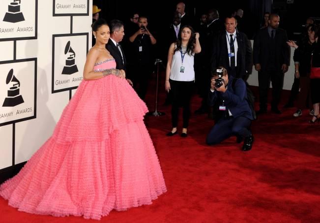 Розовая мечта: Рианна удивила публику роскошным нежным образом