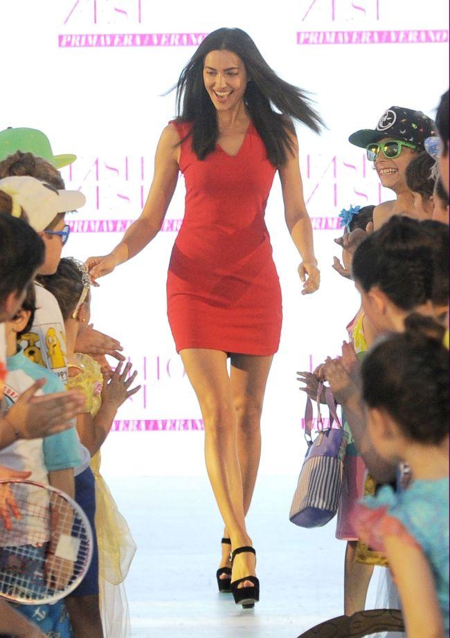 Ирина Шейк прошлась по подиуму с детьми в соблазнительном мини-платье