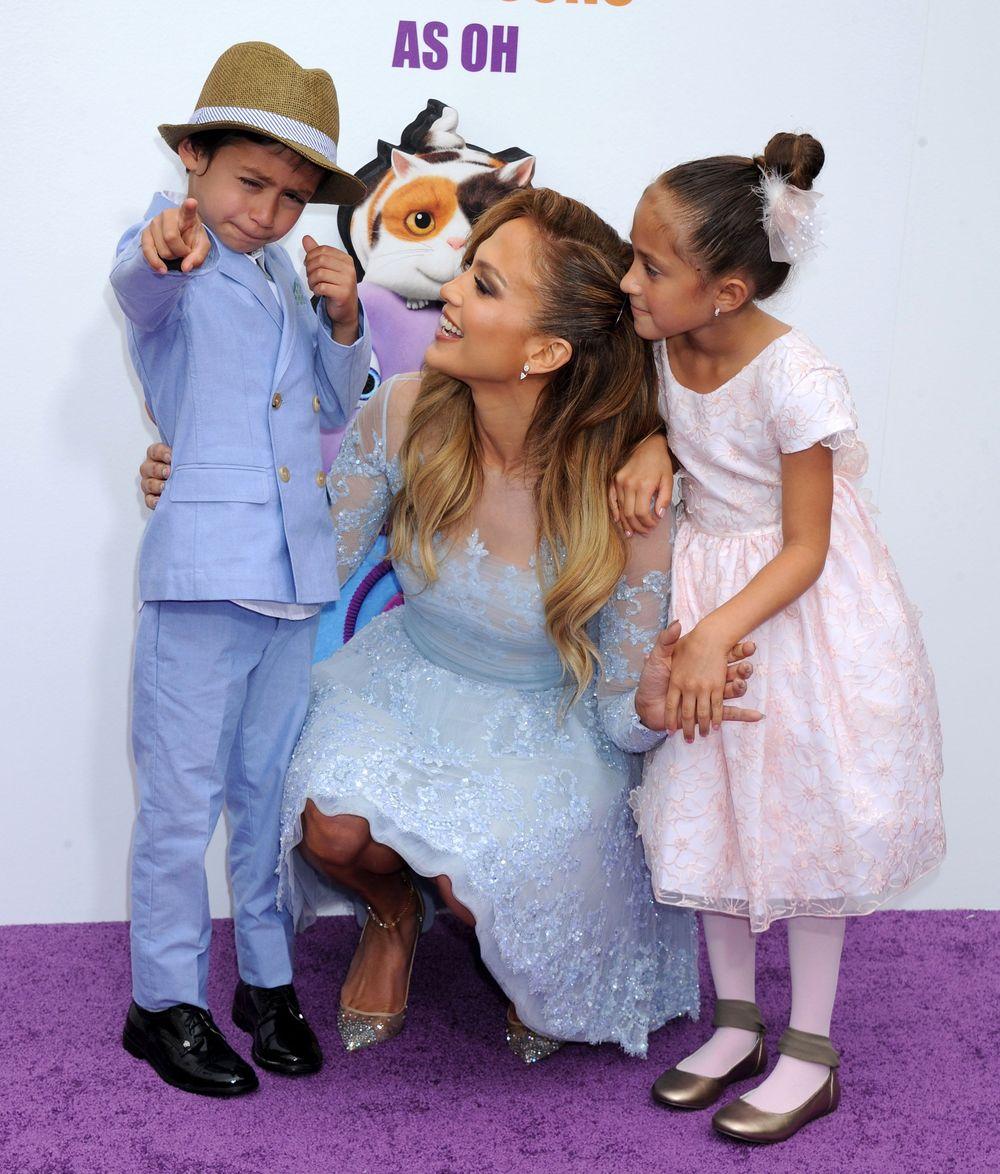 Дженнифер Лопес пришла с детьми на премьеру мультфильма в игривом мини