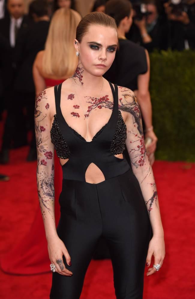 Кара Делевинь сделала татуировку на полтела