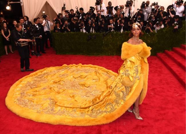 Королевский шик: Рианна появилась на красной дорожке в роскошном платье-мантии