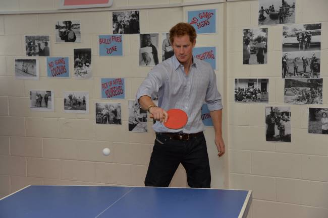 Бильярд и теннис: принц Гарри показал, как нужно правильно веселиться