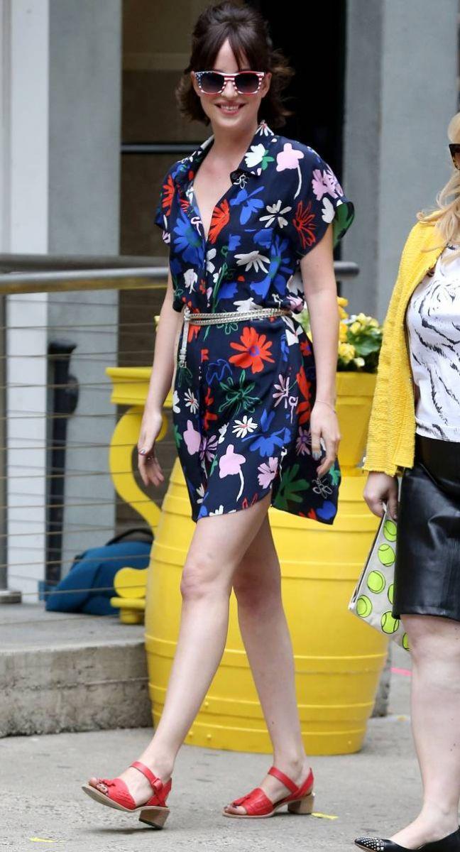 Цветочный бум: Дакота Джонсон порадовала поклонников ярким нарядом