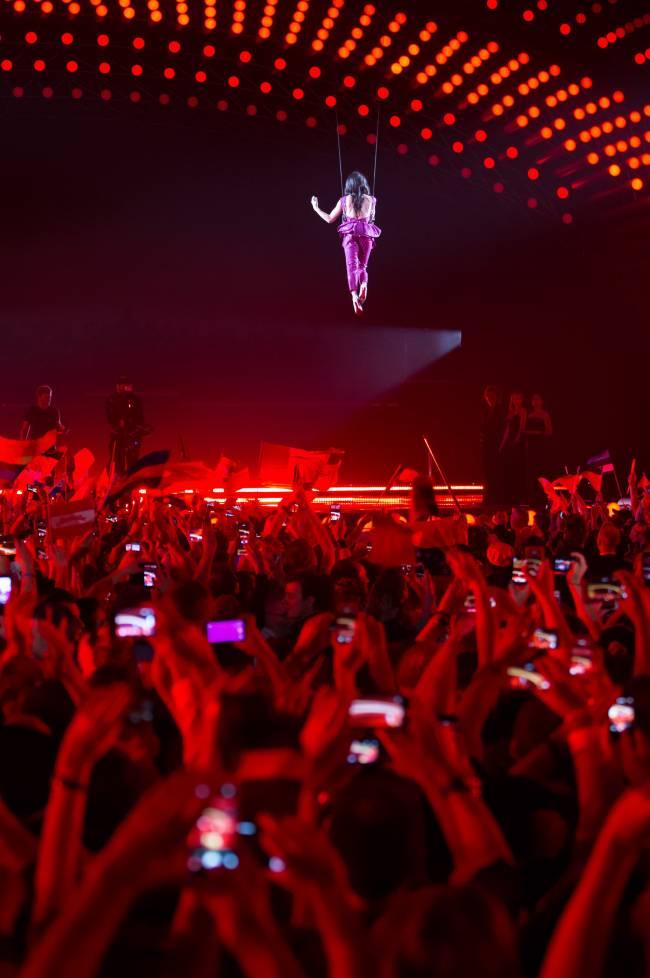Неожиданно: Кончита Вурст взлетела во время выступления на Евровидении