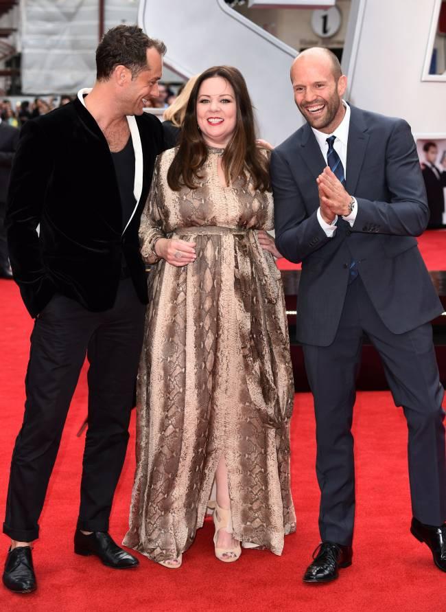 Веселая тройка: Джуд Лоу, Джейсон Стэтхэм и Мелисса Маккарти блистают на кинопремьере